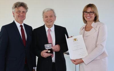 Staufermedaille in Gold des Landes Baden-Württemberg für Stadtrat Karl-Heinz Jooß